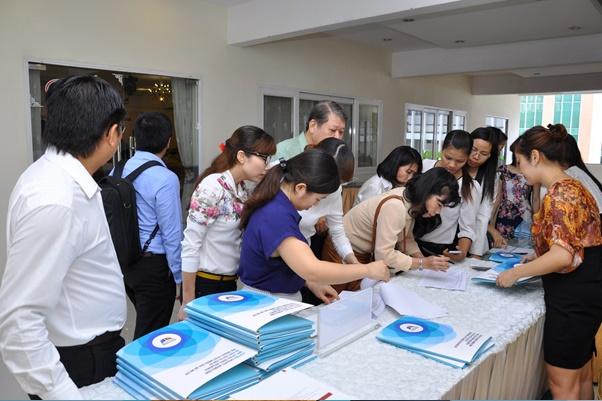 Đại biểu đăng ký tham dự hội thảo